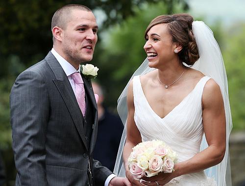 Người đẹp làng điền kinh của Anh và hôn phu Andy Hill hẹn hò 8 năm trước khi quyết định tổ chức đám cưới.