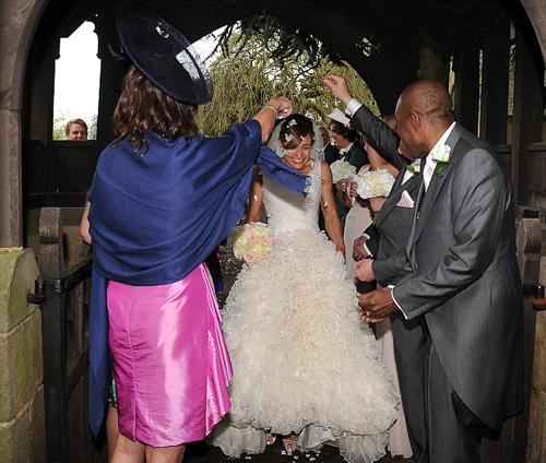 Khoảng 100 khách mời là người thân và bạn bè của cô dâu chú rể tới nhà thờ chứng kiến giây phút trọng đại của cặp đôi.