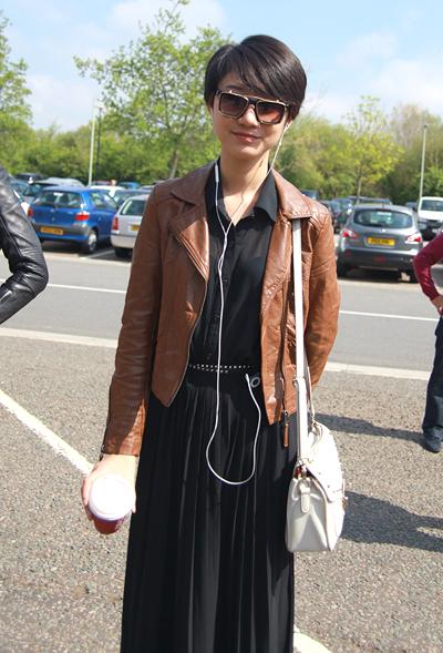 Từng đến nước Anh nhiều lần, Trà My gần như thuộc lòng những địa điểm du lịch và shopping giá rẻ. Chiều qua (19/5), cô dành thời gian đi mua sắm những món đồ hàng hiệu tại Bicester Village.