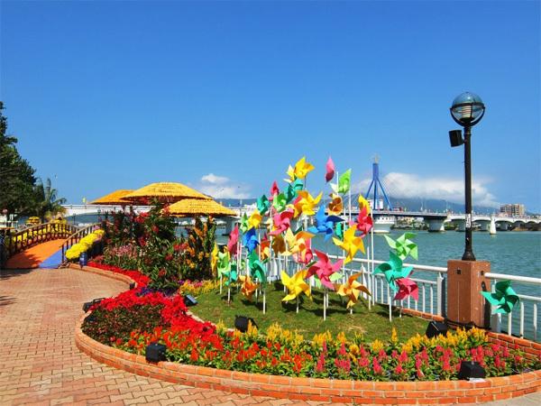 Thành phố Đà Nẵng là điểm đến quen thuộc của nhiều du khách mỗi dịp hè về.