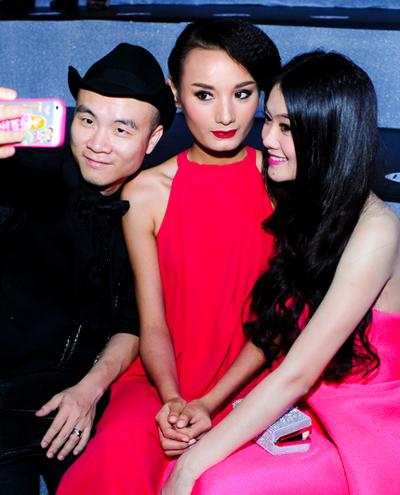 Nổi tiếng là vị giám khảo khó tính, ít khi cười nhưng Đỗ Mạnh Cường cũng có lúc rất xì tin. Anh dùng điện thoại hồng, nhí nhảnh chụp ảnh cùng hai người đẹp Lê Thúy, Linh Chi.