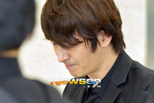 Lễ tang bạn gái của Son Ho Young diễn ra chiều nay 23/5. Ôm di ảnh bạn gái quá cố trên tay, nước mắt tài tử này