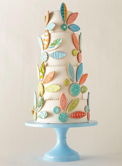 Bánh cưới vốn là chi tiết truyền thống, không thể thiếu trong đám cưới, nhưng kiểu dáng bánh lại đa dạng, phong phú với nhiều sắc màu, cách tạo hình khác nhau.