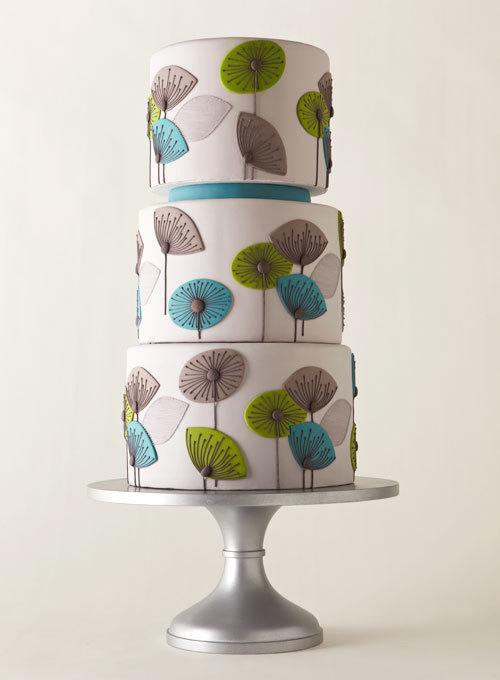 Đặc biệt với mùa xuân - hè, bánh cưới thường mang gam màu xanh mát, thể hiện không khí đám cưới những ngày đầu năm.