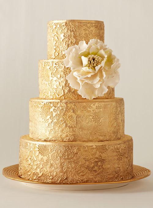 """Ngoài những mẫu bánh lấy cảm hứng từ thiên nhiên, không thể không kể tới bánh cưới lộng lẫy. Đó có thể là chiếc bánh """"dát"""" vàng lấp lánh, hay bánh cao phủ ren thể hiện vẻ đẹp hoàng gia hay bánh mang sắc màu kim loại."""