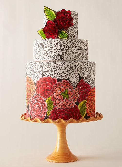Trong số 10 mẫu bánh cưới đẹp, bánh cưới được trang trí bằng họa tiết hoa cũng được nhiều cô dâu yêu thích. Những đường nét hoa mềm mại, dịu dàng phù hợp với đám cưới nhẹ nhàng.
