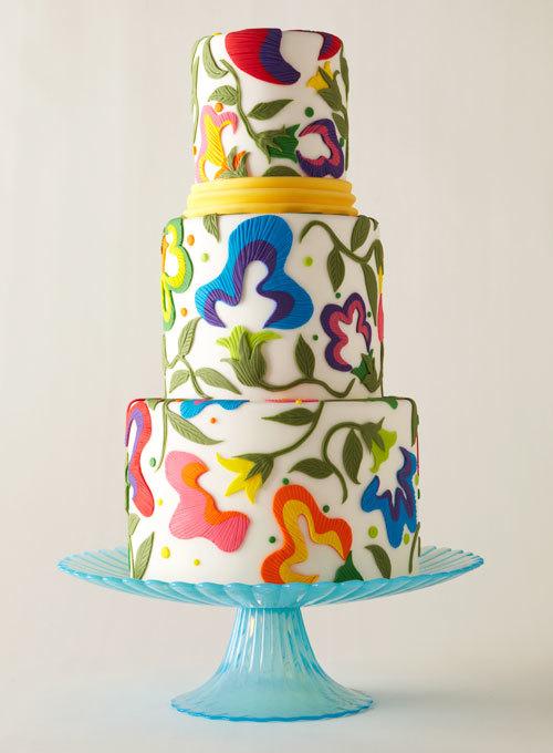 Những chiếc bánh với sắc màu rực rỡ dường như luôn làm cô dâu chú rể thích thú và phù hợp đám cưới ngày hè.