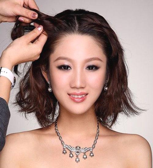 Cô dâu dùng máy uốn xoăn nhẹ các lọn tóc trước khi thực hiện để có sóng tóc mềm mại.