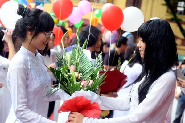 Các em học sinh lớp 10 chúc mừng và tạm biệt các chị.