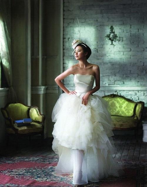 Chiếc váy cưới có phần đuôi cầu kỳ của diễn viên Han Hyo Joo hợp với cô dâu dáng cao, gầy.