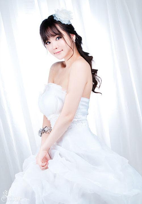 Váy cưới trắng tinh của Im Ji Hye làm nổi bật nước da trắng ngần.
