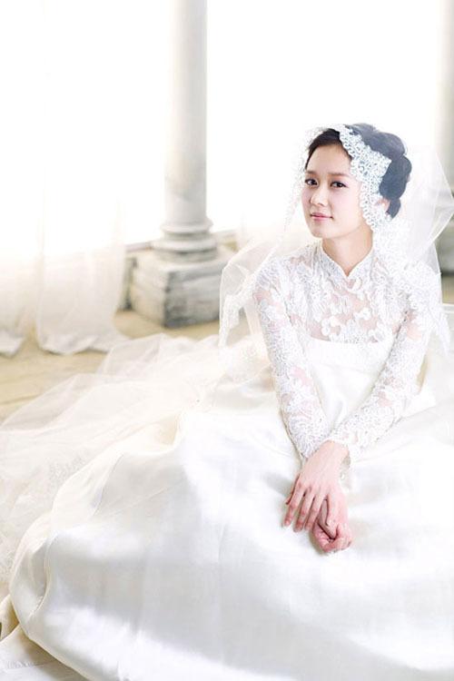 Váy cưới của Jang Nara có phần cổ giống áo dài truyền thống Việt Nam.