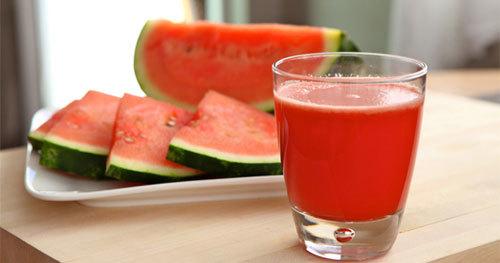 Dưa hấu và dâu tây đều chứa nhiều vitamin, có tác dụng làm đẹp da, cung cấp năng lượng cho cơ thể và giải khát rất tốt vào mùa hè. Uống một cốc nước ép này mỗi ngày, bạn sẽ thấy mình luôn tươi trẻ và khỏe khoắn.