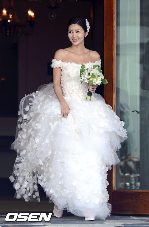 Váy cưới của diễn viên Park Sol Mi như được tạo nên từ hàng nghìn cánh hoa.