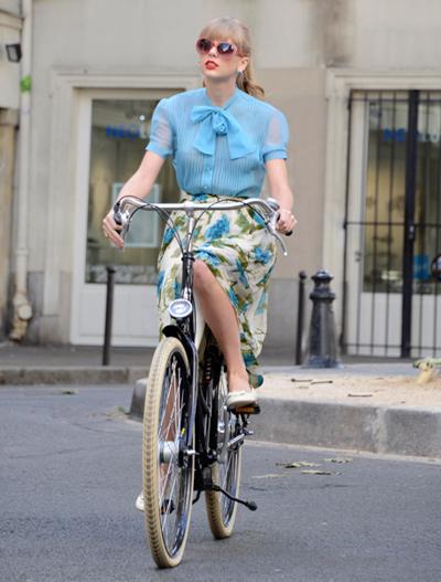 Cô công chúa nhạc đồng quê xinh đẹp cực khéo léo khi kết hợp hai tông màu xanh. Chân váy trắng hoa xanh to mix cùng sơ mi xanh cùng màu giúp người đẹp nổi bật trước phố.