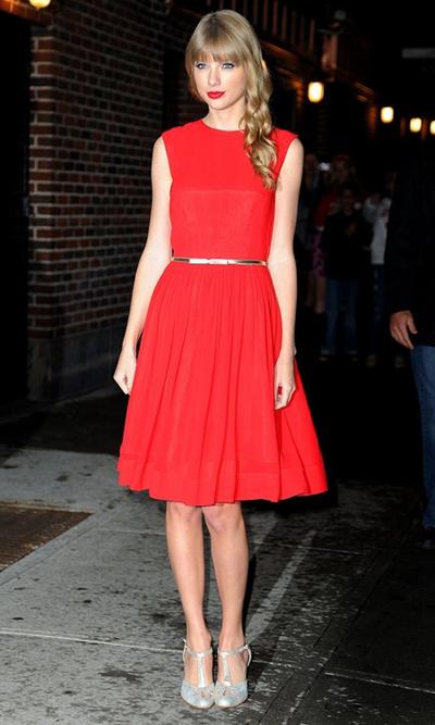 Cách mix váy đỏ với thắt lưng kim loại bản