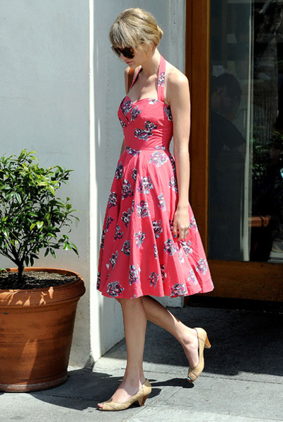 Chiếc đầm hoa buộc cổ giúp vòng một khiêm tốn của Taylor trở nên đầy đặn.