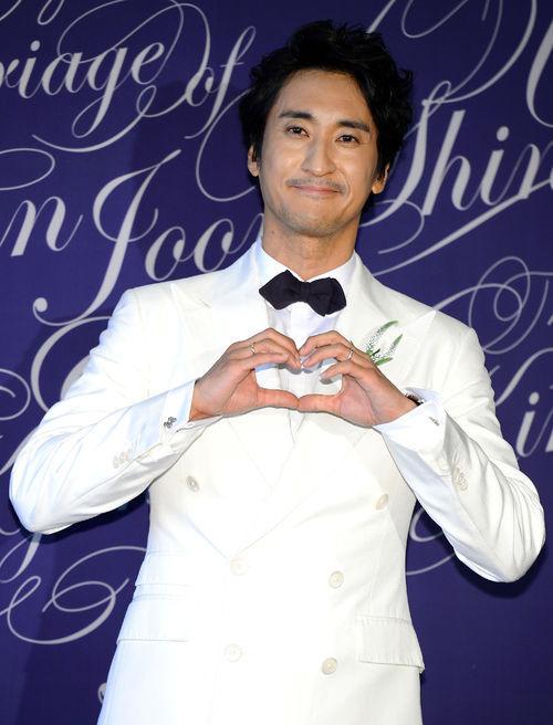 Đám cưới Shin Hyun Joon diễn ra chiều qua 26/5 với sự góp mặt của gia đình hai bên và bạn bè thân thiết của cô dâu, chú rể. Trước giờ cưới, tài tử phim