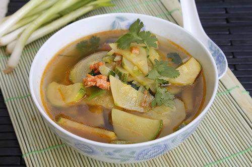 Món canh với vị ngọt tự nhiên từ bí ngồi và đậm đà từ thịt tôm, giúp bạn có món canh ăn kèm với cơm thật ngon trong thời tiết se lạnh của mùa thu.
