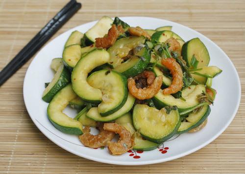 Vị ngọt tự nhiên của bí ngòi được xào cùng với tôm khô làm món mặn ăn với cơm đơn giản và rất dễ thực hiện.