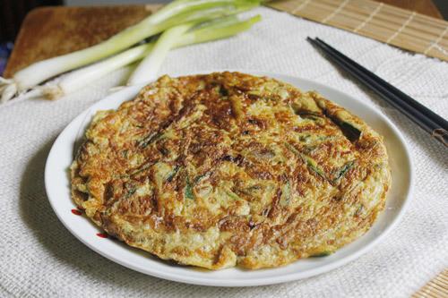Với những nguyên liệu đơn giản, bạn đã có món trứng rán dễ ăn, có nhiều rau xanh cho cả gia đình.