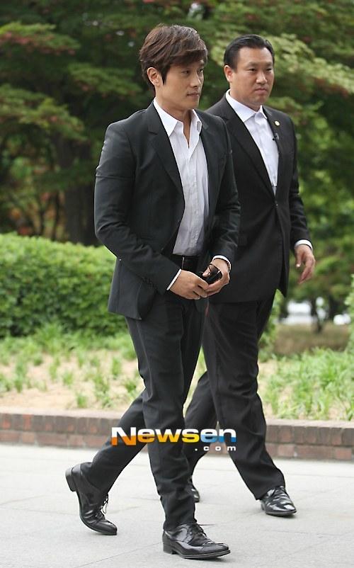 Lee Byung Hun một mình đi tiệc mà không đưa bạn gái đi cùng.