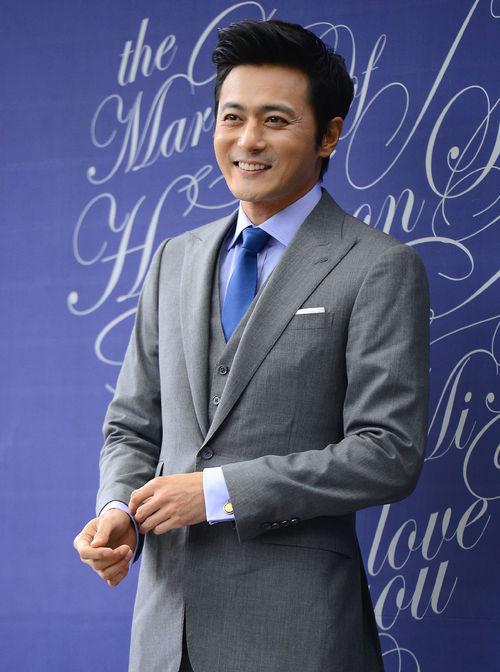 Jang Dong Gun cười tươi rói.