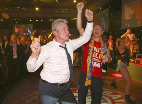 HLV Juup Heynckes phấn khích nhún nhảy theo các học trò.