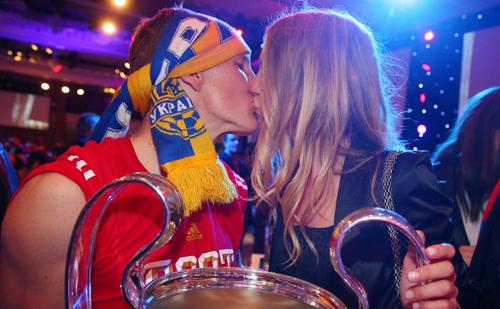 Tiền vệ có biệt danh 'Tắc kè hoa' của Munich nhận nụ hôn nồng từ bạn gái xinh đẹp Sarah Brandner.