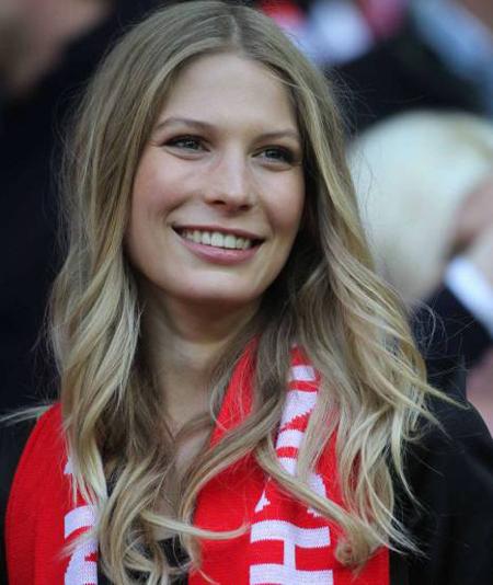 Người đẹp Sarah, bạn gái Schweinsteiger tươi tắn trên khán đài sân Wembley cổ vũ cho bạn trai.