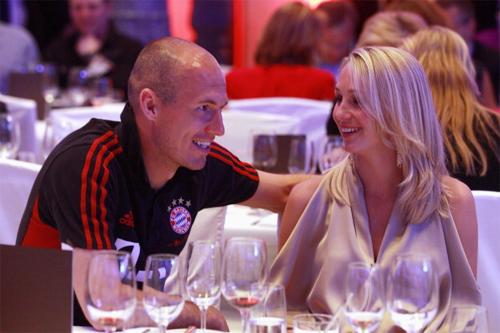 Người hùng Robben vui vẻ tận hưởng niềm vui bên bà xã Bernadien.