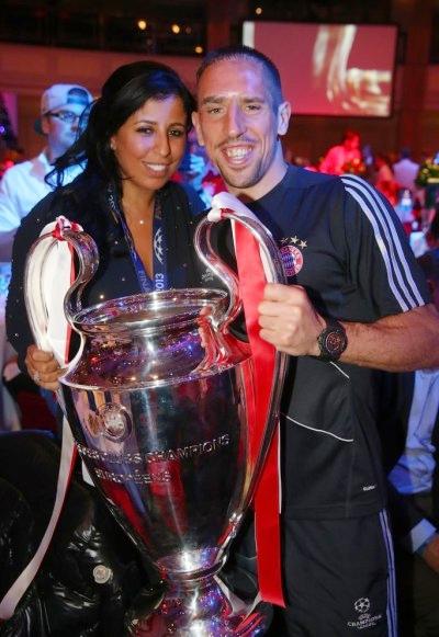 Ribery và cô vợ Wahiba chụp ảnh cùng Cup.