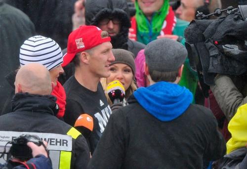 Schweinsteiger đội mũ lưỡi trai ngược, hào hứng trả lời phỏng vấn.