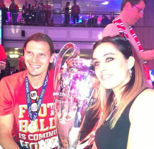 Vợ chồng Daniel Van Buyten rạng rỡ chụp ảnh cùng Cup vô địch.