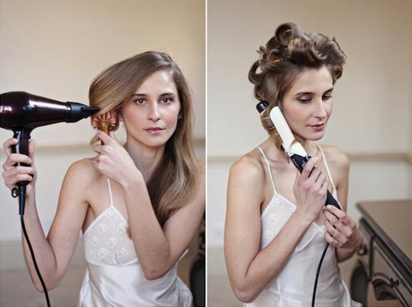 Tạo phom cho tóc bằng cách dùng lược tròn để cuốn tóc và sấy lọn tóc cụp vào. Sau đó, chia tóc thành nhiều lọn nhỏ và dùng máy uốn xoăn để tạo sóng.
