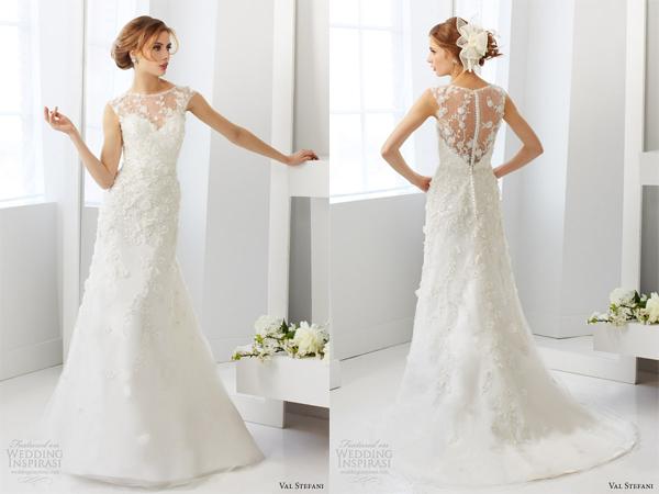 Họa tiết hoa nhí dây leo được đính từ trên cổ qua hông, tạo cảm giác mềm mại cho từng đường cong trên cơ thể cô dâu.