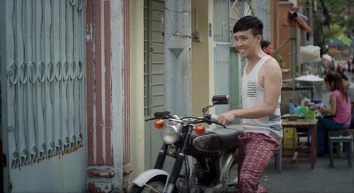 """Để có tiền sắm con xe thật """"ngầu"""" trước ngày đi sinh nhật nàng hotgirl, anh chàng Nam (Trấn Thành thủ vai) được sự cho phép của ba đã không ngần ngại rao bán cả cái nhà kho cũ."""