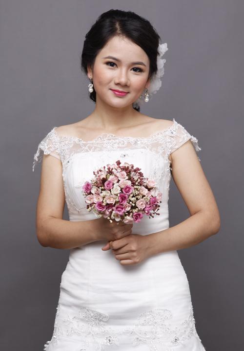 Kết hợp với trang sức có độ dài phù hợp để khuôn mặt trông thon thả hơn. Cô dâu mặt tròn không nên đeo khuyên nụ.