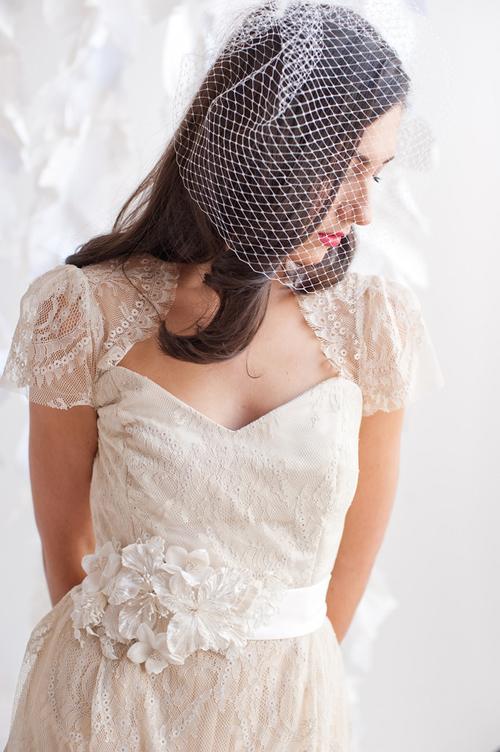 Làm mới váy cưới đơn điệu bằng đai lưng