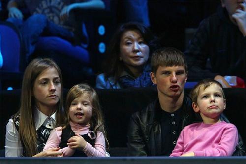 Arshavin và bạn gái cũ Yulia bên hai đứa con lớn.