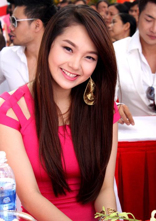 Tông hồng của chiếc váy làm nổi bật màu tóc nhuộm của Minh Hằng.