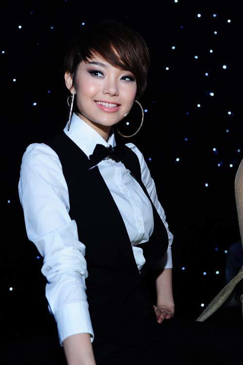 Mái tóc ngắn cá tính tạo phong cách tomboy cho nữ diễn viên.