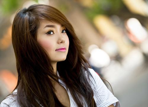 Mái tóc dài đem đến vẻ nữ tính, duyên dáng cho Minh Hằng.