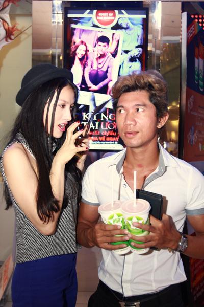 Sánh đôi cùng Trương Nhi đi xem phim là bạn trai cô, nhạc sĩ Lương Bằng Quang. Cả hai công khai tình cảm đã hơn một năm nay và thường xuyên