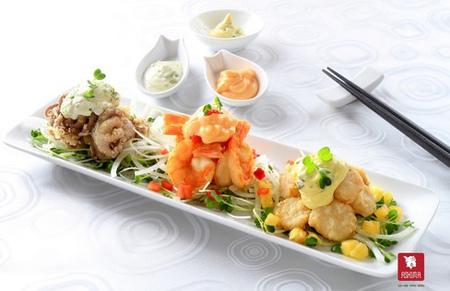 Bạn có thể thưởng thức món sốt xanh sền sệt vừa thơm vừa béo kết hợp mayonnaise với bơ trong bộ ba tôm - còi sò - bạch tuột của món salad hải sản.