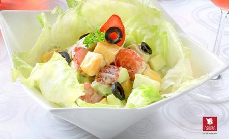 Chỉ ở vùng khí hậu nhiệt đới, bạn mới có thể dọn ra bàn ăn món salad trái cây vừa táo, dâu, ô liu với sốt sữa chua đánh cùng mayonnaise mà lại có thêm cả xoài, cả bơ.