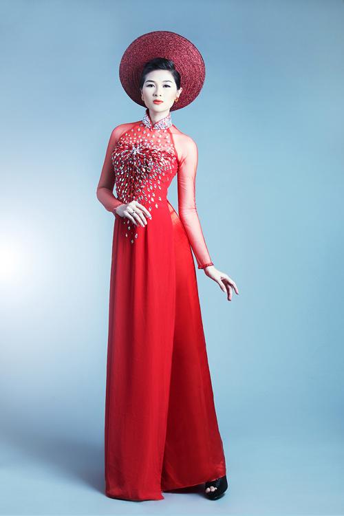 Khi không kết hợp cùng áo khoác, cô dâu có thể sử dụng mẫu áo dài này để tiếp khách