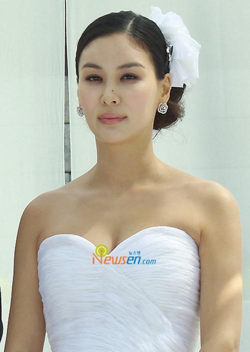 Go So Young sử dụng cặp hoa bằng vải chiffon để tạo nét tương đồng với váy cưới.