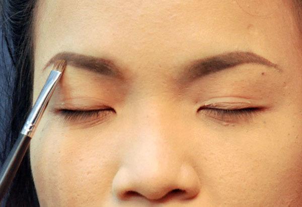 Vẽ lông mày hình vòng cung mềm mại, tự nhiên cũng là cách để khắc phục khuôn mặt thô cứng.