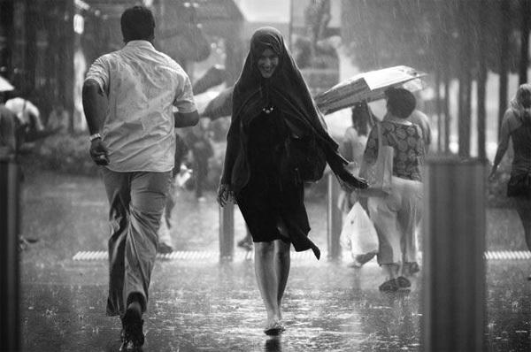 Đôi khi cho phép mình làm việc điên rồ một chút là đi bộ dưới cơn mưa cũng rất thú vị.